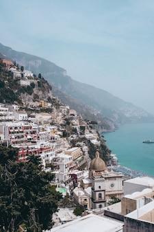 Colpo verticale della vista del villaggio di positano in italia vicino al mare durante la luce del giorno