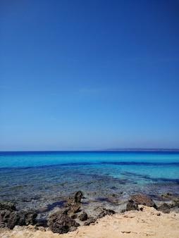 Colpo verticale della superficie dell'acqua dalla spiaggia a fuerteventura, spagna