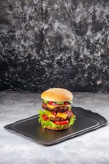 Vista verticale del delizioso panino sulla superficie isolata afflitta ghiaccio grigio