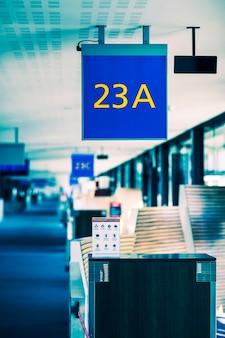 空港のゲートサインの垂直方向のビュー