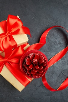暗い背景の美しい贈り物に針葉樹の円錐形の垂直方向のビュー