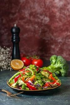 プレートに新鮮な食材を使ったおいしいビーガンサラダの垂直方向のビュー