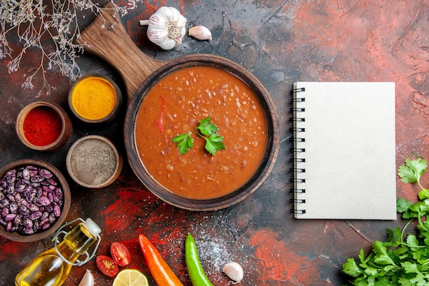저녁 식사 배경의 세로보기 타락한 기름 병 콩 커팅 보드와 다른 향신료 무료 사진