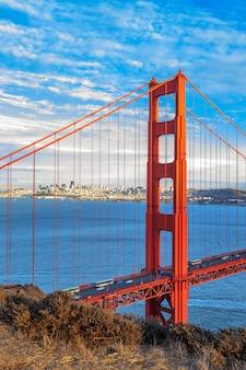 Вертикальный вид на знаменитый мост золотые ворота в сан-франциско, калифорния, сша