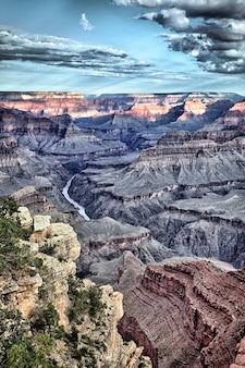 有名なグランドキャニオン、アリゾナ、米国の垂直方向のビュー