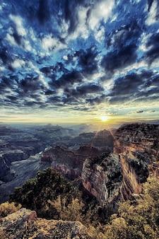 日の出、米国のグランドキャニオンの垂直方向のビュー