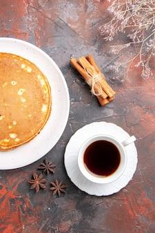 自家製パンケーキとシナモンライムの垂直方向のビュー混合色のお茶