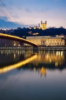 夜、フランスのリヨンでソーヌ川の垂直方向のビュー
