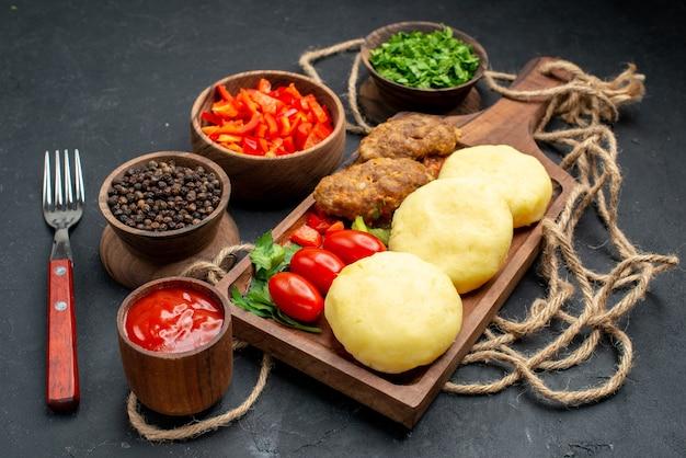 어둠 속에서 저녁 식사를 위해 맛있는 커틀릿 다진 야채 채소의 세로보기