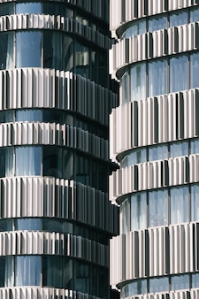 昼間に撮影された2つの高層ビルの垂直方向のビュー
