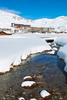 Vista verticale del villaggio di tignes in inverno, francia.