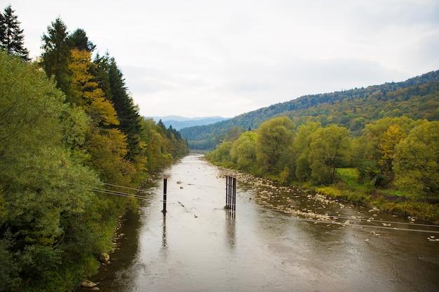 非常に美しい秋のパノラマカルパティア山脈ウクライナ-川、森。