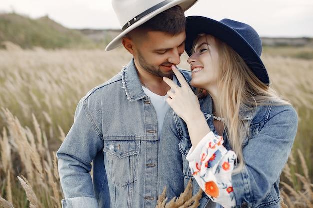 Очень красивая пара в пшеничном поле