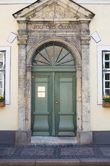 라트비아에서 리가의 오래 된 도시에서 매우 아름 다운 녹색 오래 된 문.