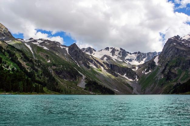 맑은 청록색 물이 있는 매우 아름다운 산 호수, 러시아 시베리아 알타이 산맥