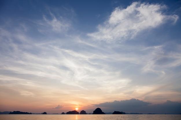 背景に島々と非常に美しい海の夕日