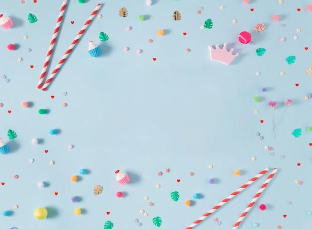 非常に明るくカラフルな遊び心のあるフラットレイハッピーシーン誕生日やパーティーのpropsemptyスペース