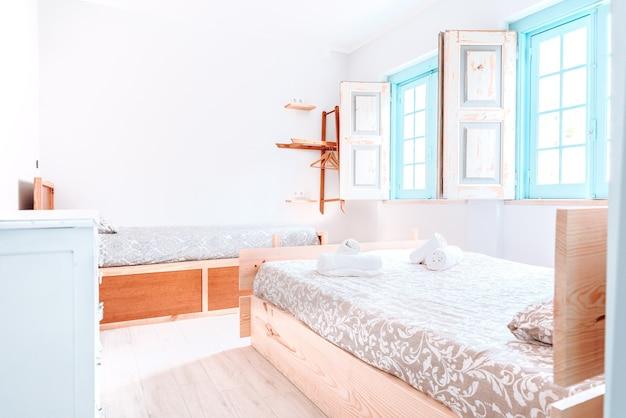 여러 개의 침대가있는 매우 밝은 빈 호텔 객실