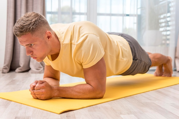 自宅でトレーニングをしている非常に健康な人