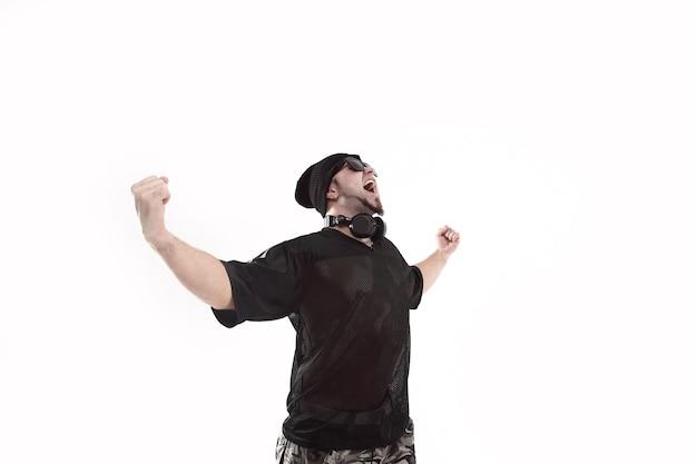 Очень счастлив крутой рэпер в черной шляпе. изолированные на белом фоне. фото с копией пространства