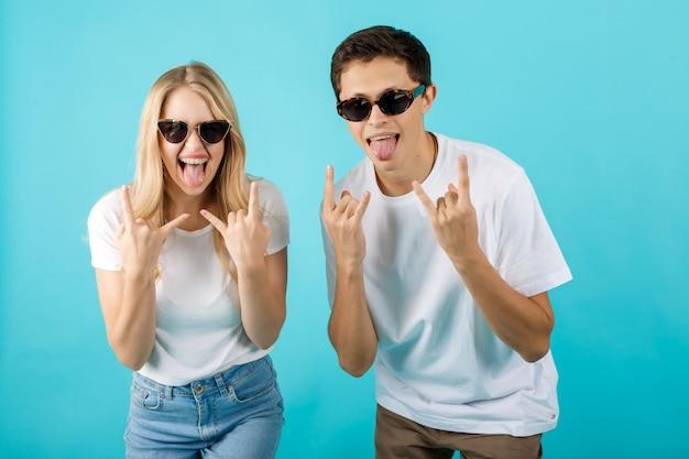 Очень счастливая пара делает жест рок-н-ролл