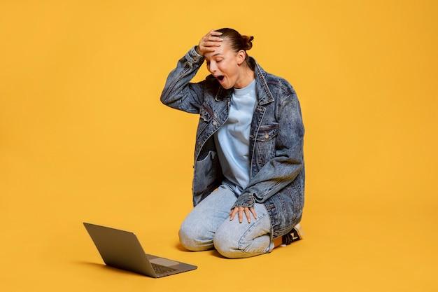 ノートパソコンを見てとても幸せな女性