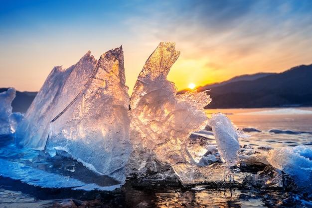 Очень большой и красивый кусок льда на восходе солнца зимой
