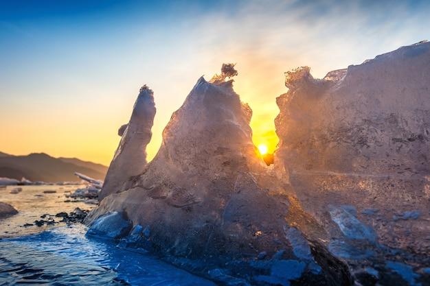 겨울 일출의 매우 크고 아름다운 얼음 덩어리