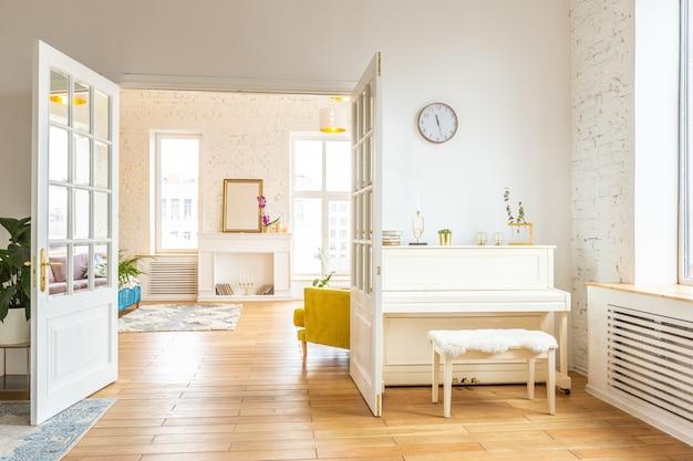 スカンジナビアデザインスタイルの非常に明るく広々とした2部屋のアパートメントで、ファッション家具と大きな窓があります。日中の暖かい色