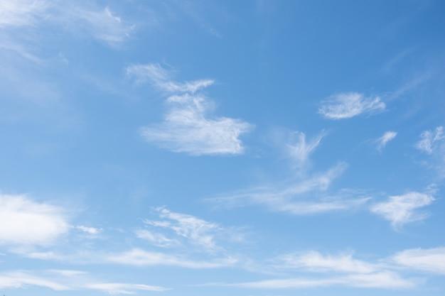 Очень легкие перьяные облаки в ярко-синим небе. перистые облака в голубом небе, красивые перистые унцины в голубом летнем небе