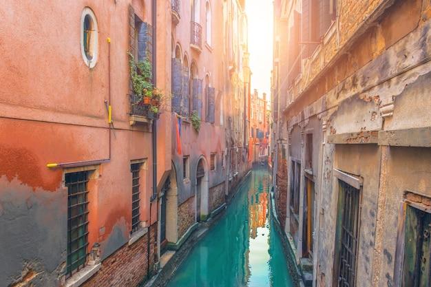 Очень узкая улица и канал в венеции.