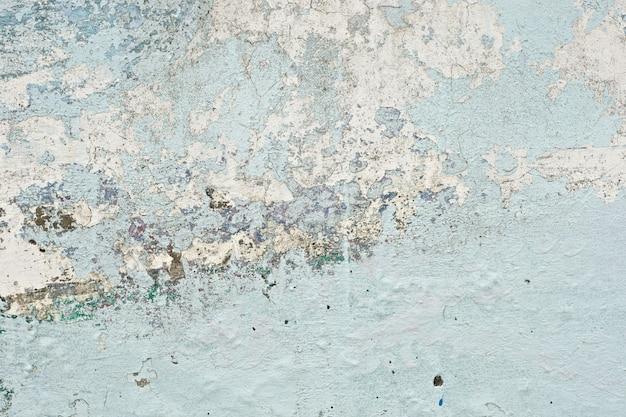 Очень старая и грязная текстура светло-голубой краски отслаивается от бетонной стены для фона