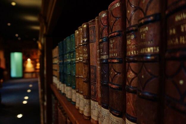 도서관에서 아주 오래된 책