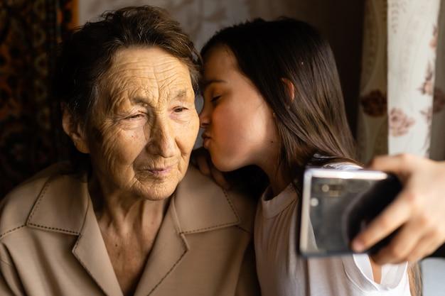 Очень старые прабабушка и внучка со смартфоном онлайн