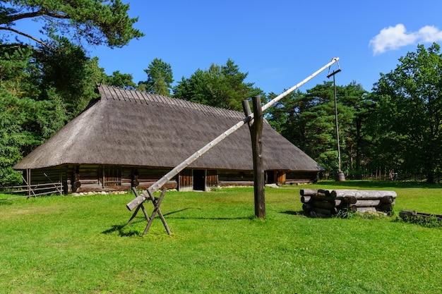 水を抽出するための滑車システムを備えた非常に古い井戸。
