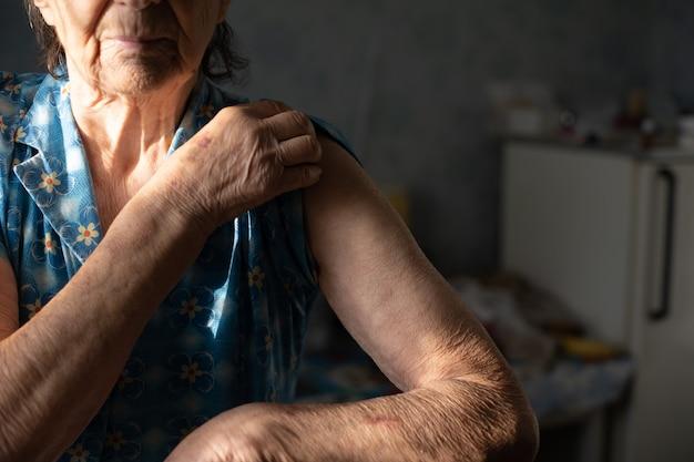 非常に老婆は予防接種のために彼女の腕を差し出します