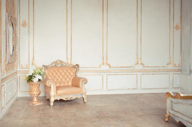 Очень богатый интерьер квартиры с золотыми украшениями на стенах в стиле барокко и роскошной мебелью с золотой краской.