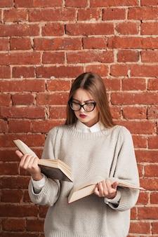 Очень умная девушка читает две книги одновременно