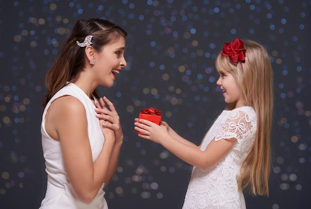 Очень удивленная женщина и ее дочь