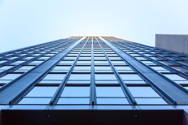 Очень высокий бизнес-центр.