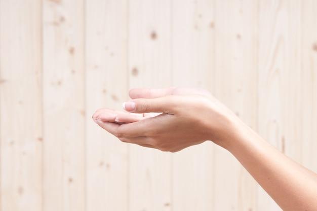 Очень ухоженные женские руки после процедуры для мягкости ее кожи