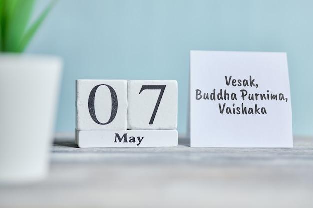 休日vesak、仏プルニマ、ヴァイシャカ-5月7日7月7日の木製ブロックのカレンダーコンセプト。