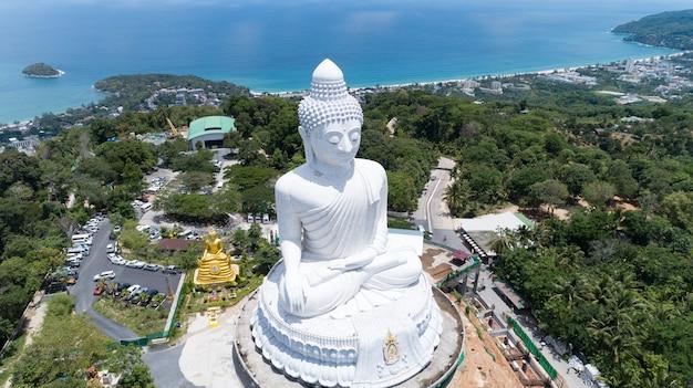 Концепция фона дня весак большого будды над высокой горой в пхукете, таиланд. стрельба с камеры беспилотника с высоты птичьего полета.