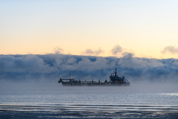 Судно, занимающееся дноуглубительными работами земснаряд, работающий в море корабль, выкапывающий материал из водной среды