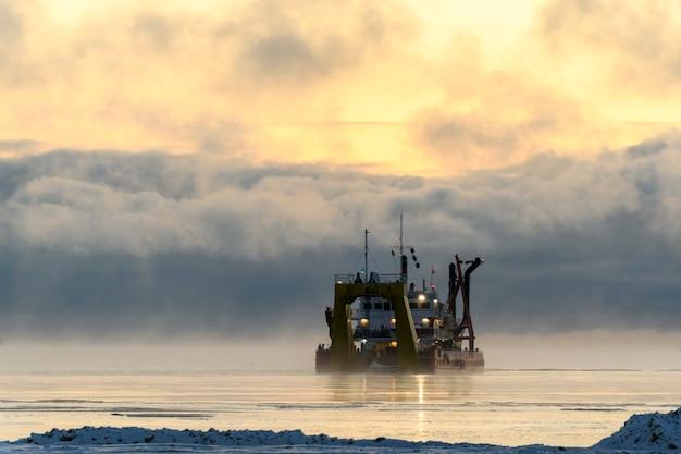 Судно занято дноуглубительными работами земснаряд работает в море