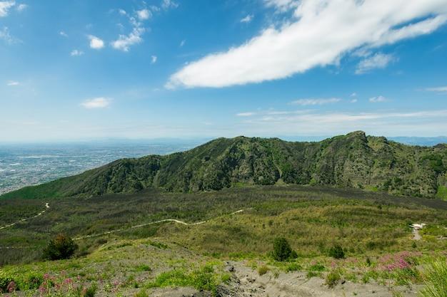 Кратер вулкана везувий рядом с неаполем. кампания регион