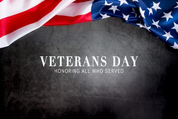 День ветеранов. чествование всех, кто служил. американский флаг на сером фоне с копией пространства.
