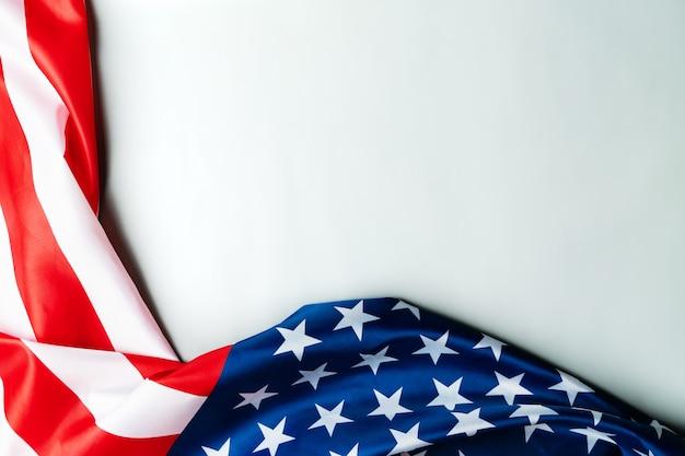 退役軍人の日。仕えたすべての人を称える。木製の背景にアメリカの国旗。