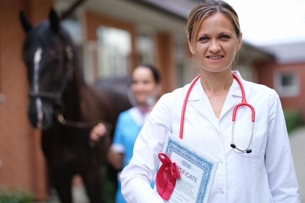 Ветеринар проводит медицинский осмотр лошади крупным планом