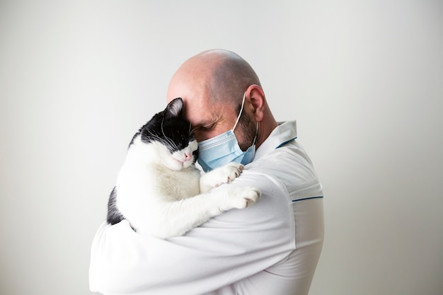 수의사는 고양이를 팔에 안고 있습니다. 수의학. 펫 케어